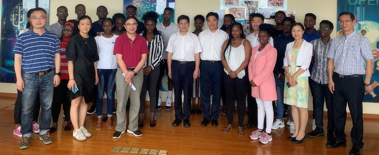 省商务厅厅长盛秋平来看望卢旺达班学生